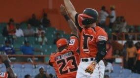Los Toros celebran el triunfo de ayer ante los Tigres.
