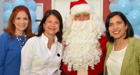 Josie Toribio, Sandra Jacobo, Santa y Cynthia Modesto.