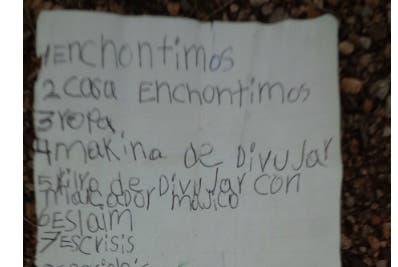 La niña colgó la carta de un globo rojo y la lanzó al aire.