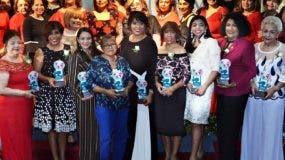 Galardonadas y  directiva de la Federación de Mujeres Empresarias Dominico Internacional (FEM).