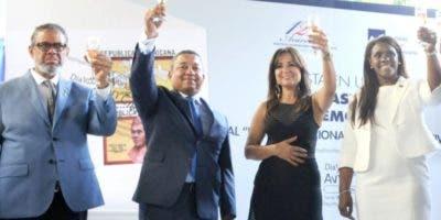 Alejandro Herrera al momento de ofrecer el brindis por la aviación civil y la Navidad.