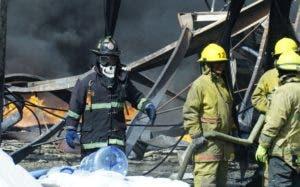 Los bomberos lograron sofocar las llamas en la fábrica.