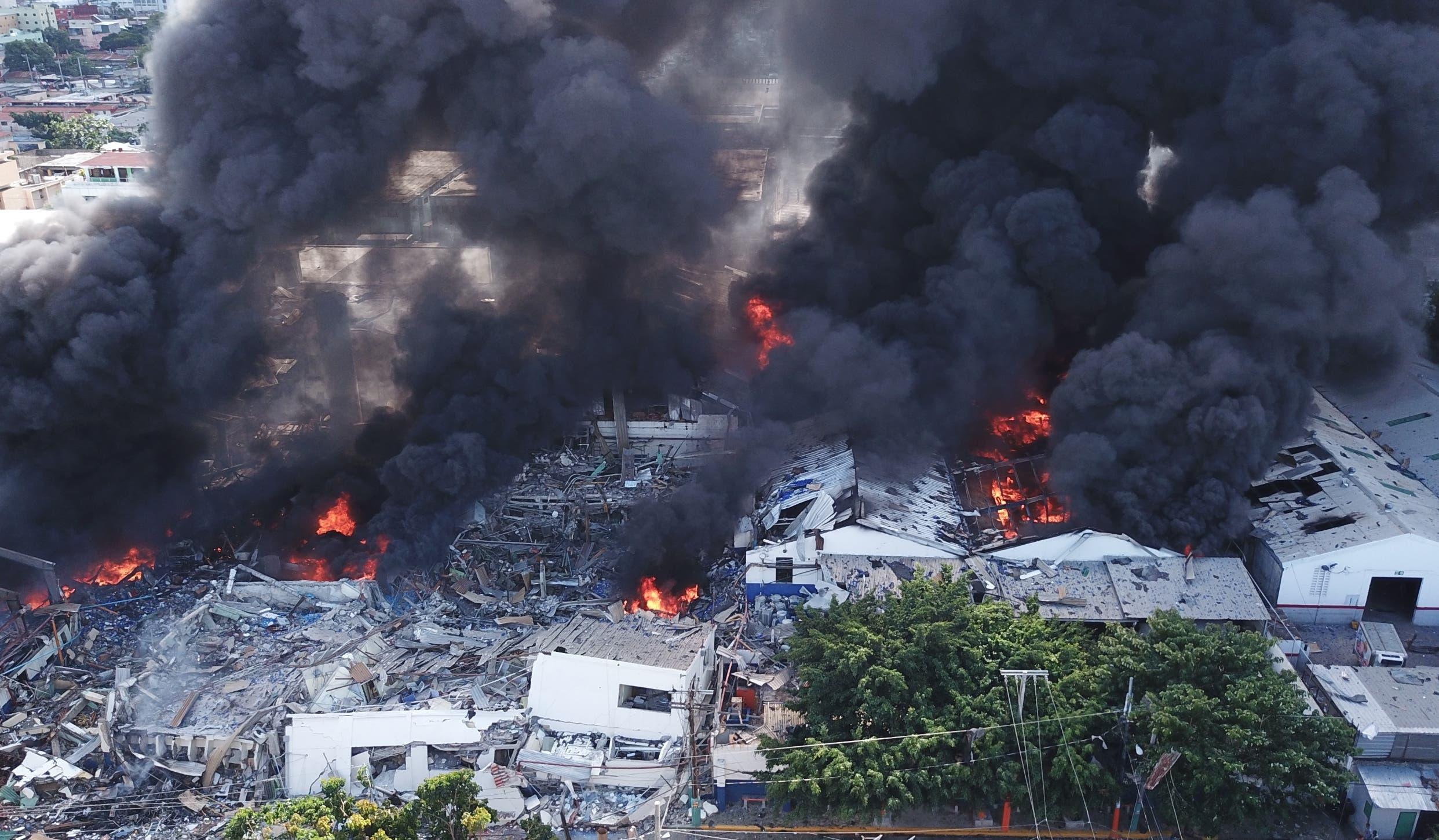 Una panorámica de las llamas que destruyeron las instalaciones de la empresa, tras la explosión que provocó alarma en los alrededores de Villas Agrícolas. Jovanny Kranwinkel