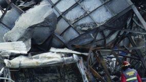 Miembros de la Unidad de Básqueda y Rescate del Cuerpo de Bomberos requisaban los escombros. Elieser Tapia.