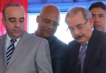 Danilo Medina corta la cinta en entrega centro.