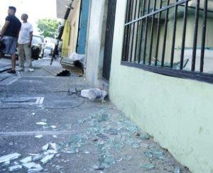 Puertas y ventanas de algunos locales resultaron destruidos.