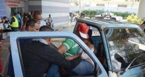 Una de las afectados mientras era conducida hasta un centro de salud.
