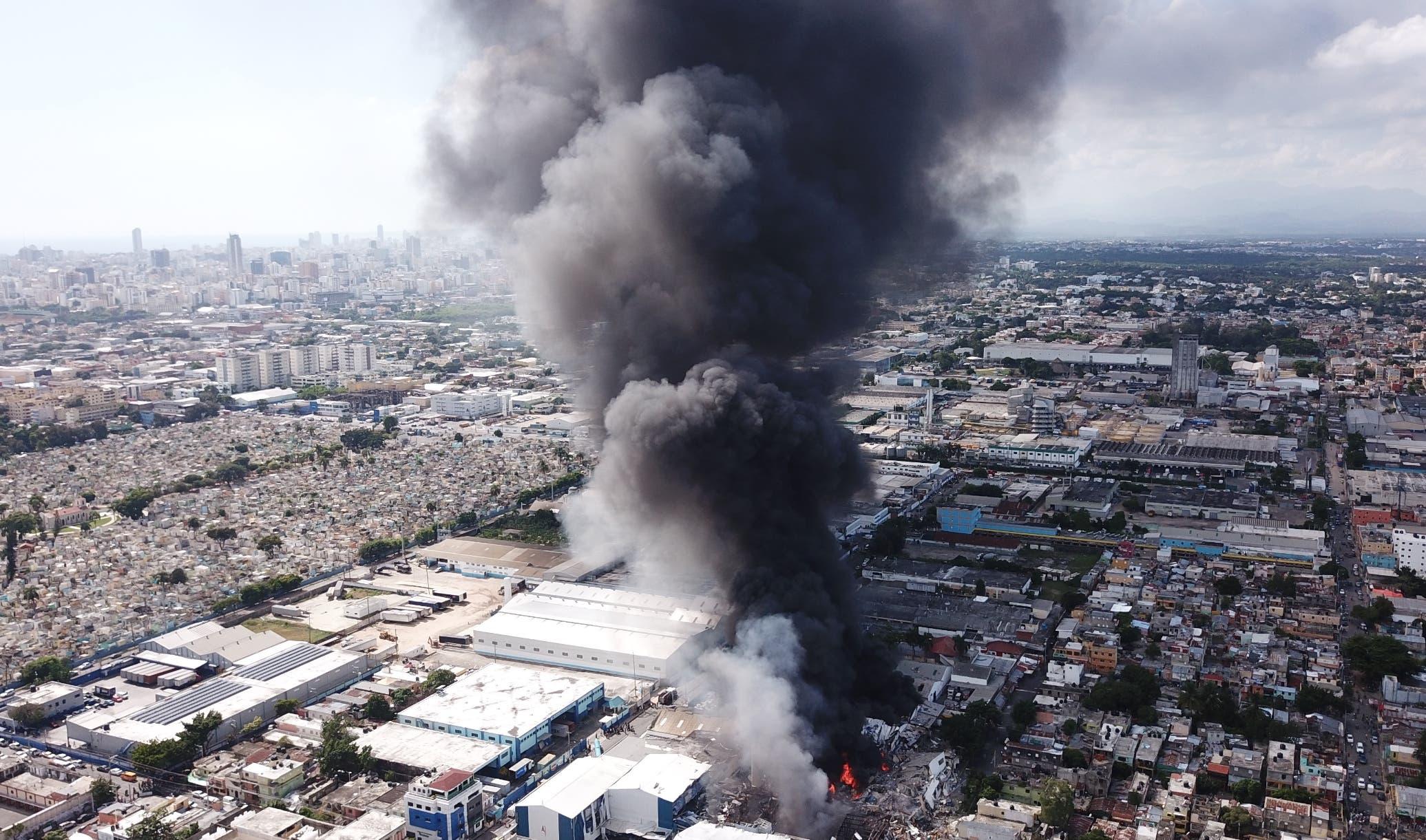 La espesa humareda producto del incendio que se propagó por varias horas se pudo observar  varios kilómetros a la redonda. Jovanny Kranwinkel
