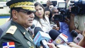 Matos de la Cruz mientras era abordado por periodistas.