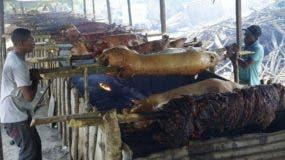 En la Lechonera Luis, en el kilómetro 14, en las proximidades de   la autopista Duarte,  los fogones se encedieron  temprano, con 60 unidades para   venta de hoy.