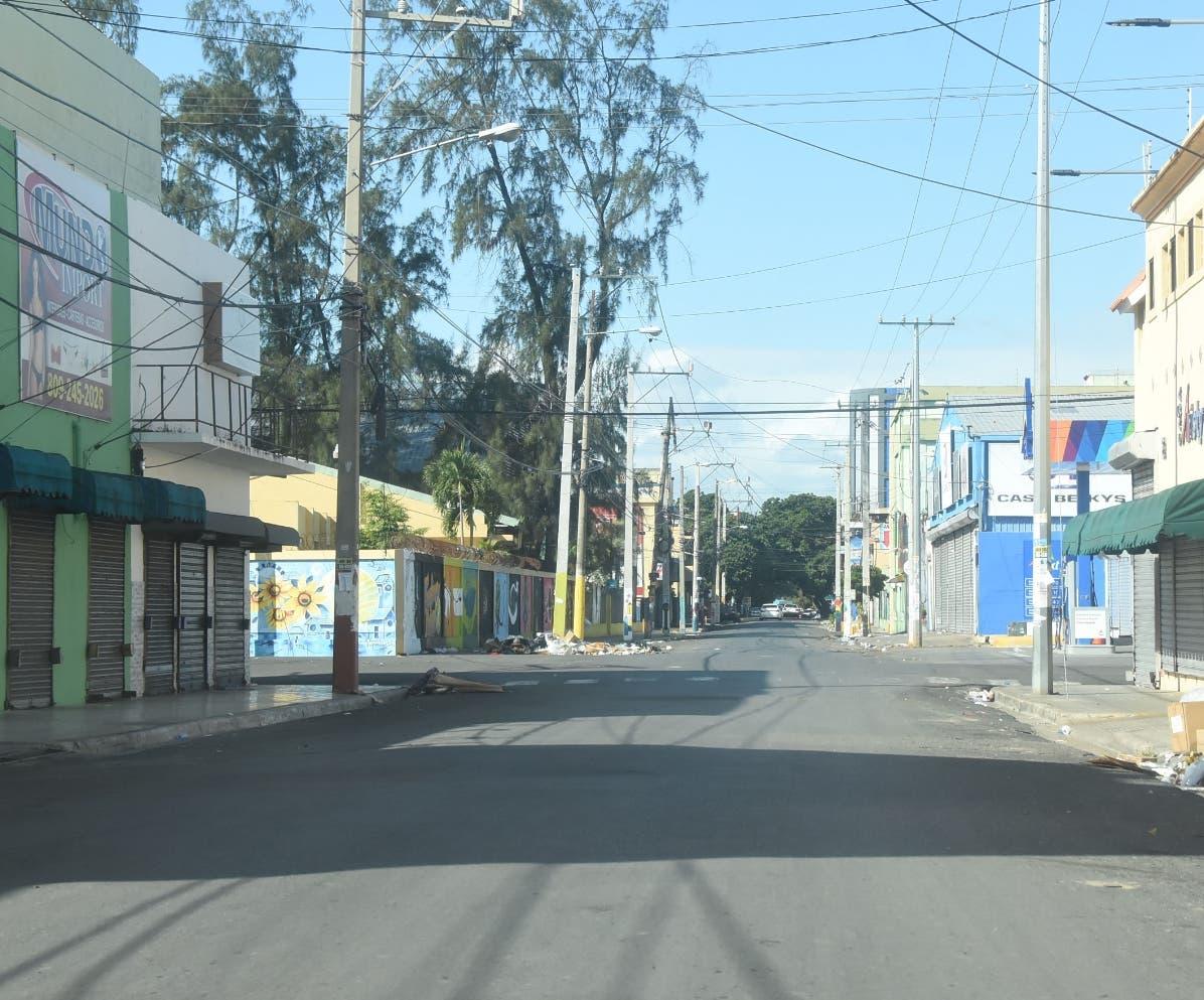 La calle Eusebio Manzueta, en el   sector de Villa Consuelo,  lució en calma.  ALBERTO CALVO.