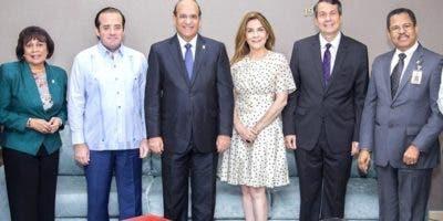 Una comisión del PRM y  miembros de la JCE.  fuente externa