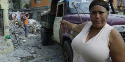 Ana Iris Rodríguez Cruz muestra el lugar donde estaba ubicada su casa. Elieser Tapia