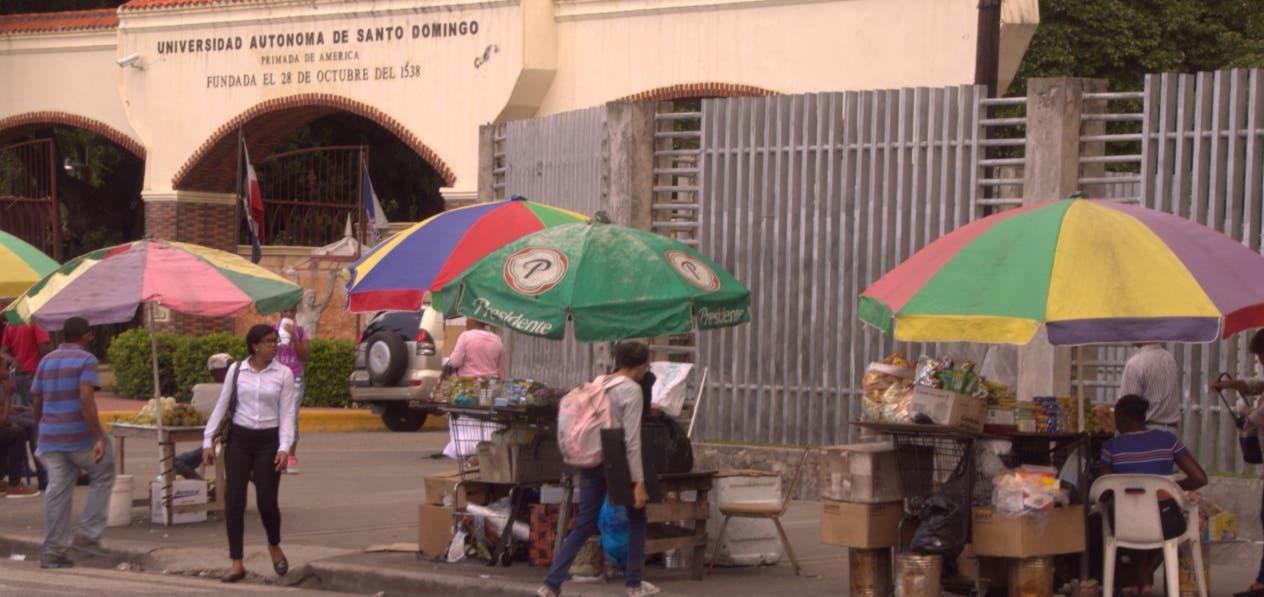 Parte de los pequeños comerciantes  informales en la puerta principal de la UASD.  Elieser Tapia