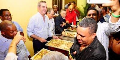 abinader-sirve-raciones-de-comida-a-los-asistentes-alencuentro-en-sde