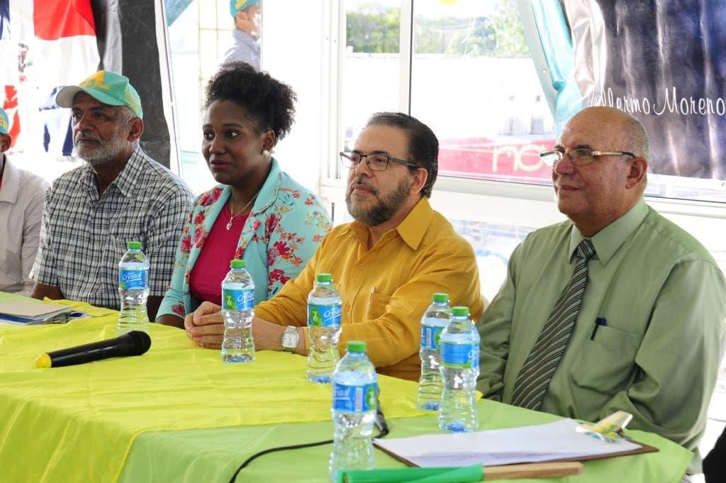 Guillermo Moreno (tercero de izquierda a derecha) junto a otros dirigentes de Alianza País.