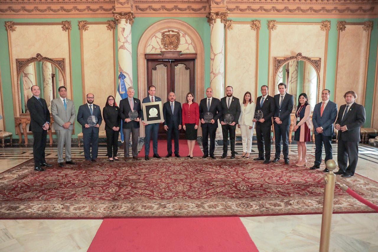 El presidente Danilo Medina junto a directivos de Adoexpo y representantes de las empresas premiadas.