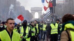 Los principales monumentos de París cerrarán mañana por temor a las protestas contra alza de combustibles.