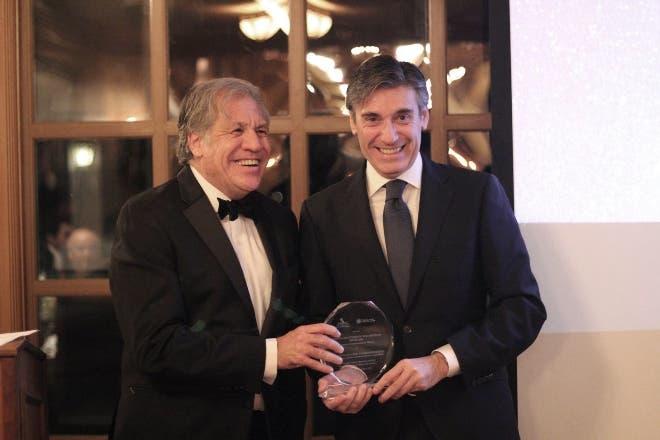 Secretario de la OEA entrega premio a Javier Flores.