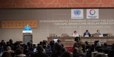 La canciller alemana, Angela Merkel (i), interviene en la conferencia intergubernamental.