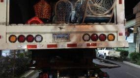 El camión fue abandonado con la droga y las armas.