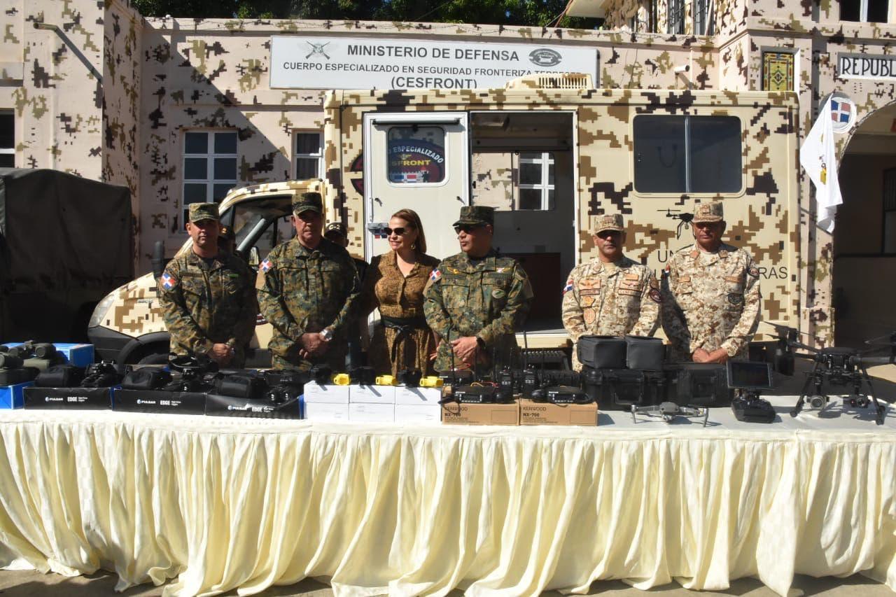 Paulino Sem entrega  equipos de vigilancia al Cesfront en Dajabón
