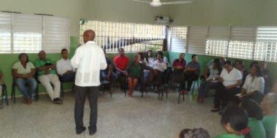 El personal docente mientras recibe orientaciones por psicólogos.