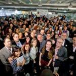 Periodistas y gente cercana al diario El Nacional posan para una foto grupal en las oficinas del periódico en Caracas, Venezuela.. (AP Foto/Fernando Llano)