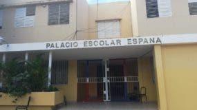 La escuela Palacio de España está al frente de Polyplas,  sufrió daños severos en su estructura por la explosión.