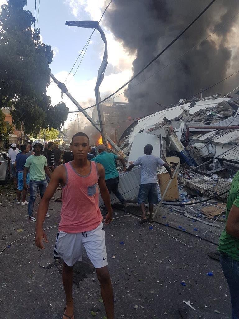 Jefe de Bomberos dice fuego está controlado en fábrica de plástico en Villas Agrícolas