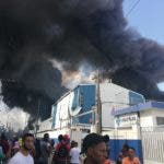 El incendio que se produjo tras la fuerte explosión consumió gran parte de las instalaciones de la empresa Polyplas, en el sector Villas Agrícolas. Foto: El Día.