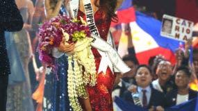 Miss Filipinas Catriona Gray saluda tras ser coronada Miss Universo 2018 en la 67ma edición de Miss Universo en Bangkok, Tailandia, el 17 de diciembre de 2018. (Foto AP/Gemunu Amarasinghe)