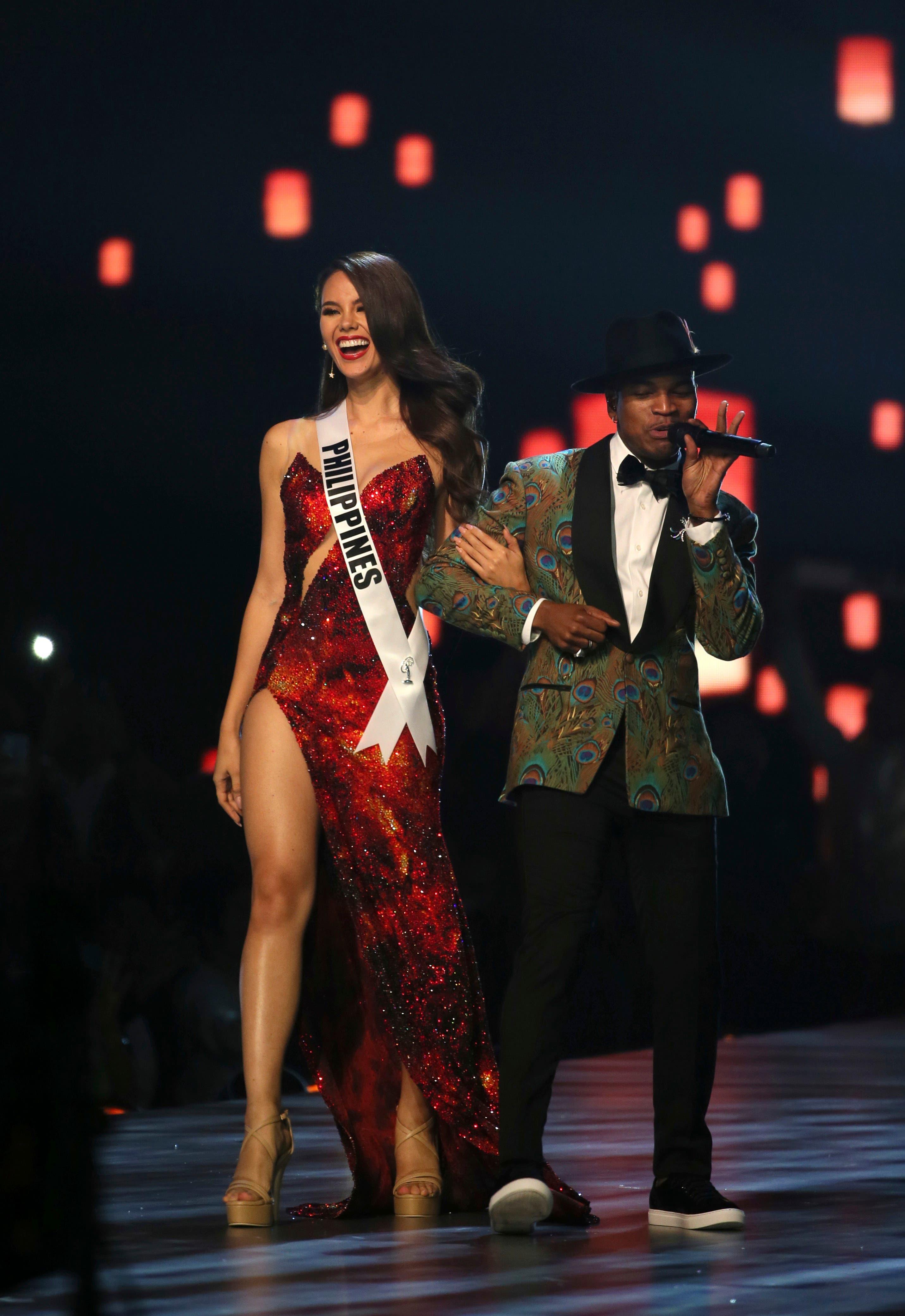 3. Miss Filipinas Catriona Gray desfila con el cantante Ne-Yo en la final de la 67ma edición de Miss Universo en Bangkok, Tailandia, el 17 de diciembre de 2018. (Foto AP/Gemunu Amarasinghe)