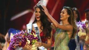 Catriona Gray de Filipinas, izquierda, sonríe al recibir la corona de Miss Universo 2018  de manos de Miss Universo Demi-Leigh Nel-Peters durante la final de la 67ma edición de Miss Universo en Bangkok, Tailandia, el 17 de diciembre de 2018. (Foto AP/Gemunu Amarasinghe)