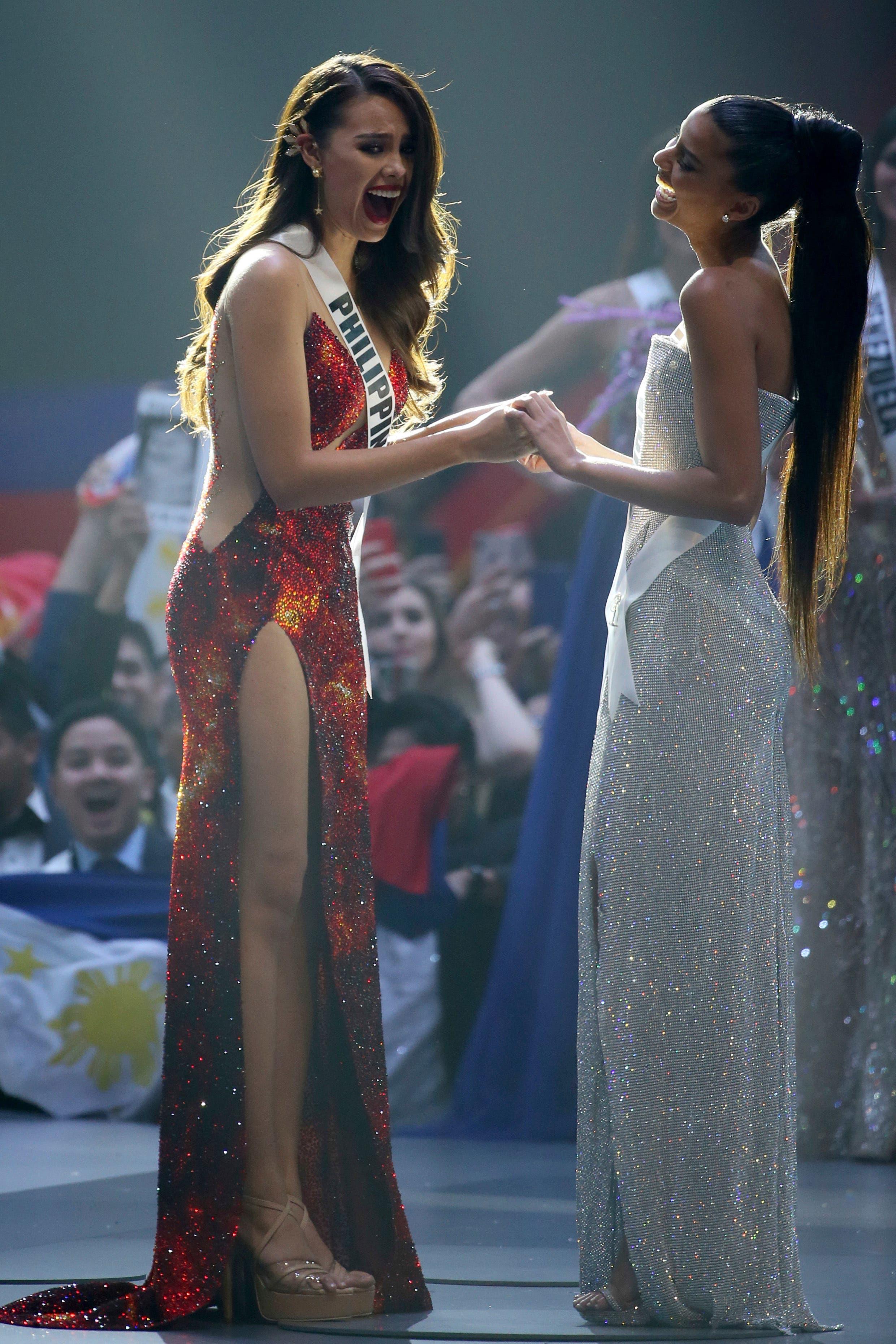 1. Miss Filipinas Catriona Gray, izquierda, y Miss Sudáfrica Tamaryn Green, reaccionan después de que se anunciara a Gray como ganadora de Miss Universo 2018 en la 67a edición de Miss Universo en Bangkok, Tailandia, el 17 de diciembre de 2018. (Foto AP/Gemunu Amarasinghe)
