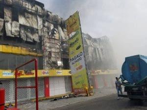 El incendio inició a las 4:00 de la madrugada de este domingo.