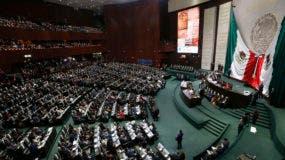 Los legisladores llenan la cámara baja del Congreso mientras esperan la ceremonia de inauguración del presidente electo Andrés Manuel López Obrador, en el Congreso Nacional en la Ciudad de México. AP