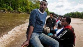 Migrantes de todo el mundo cruzan América Latina con la intención de llegar a estados unidos, a menudo con la asistencia de bandas criminales.