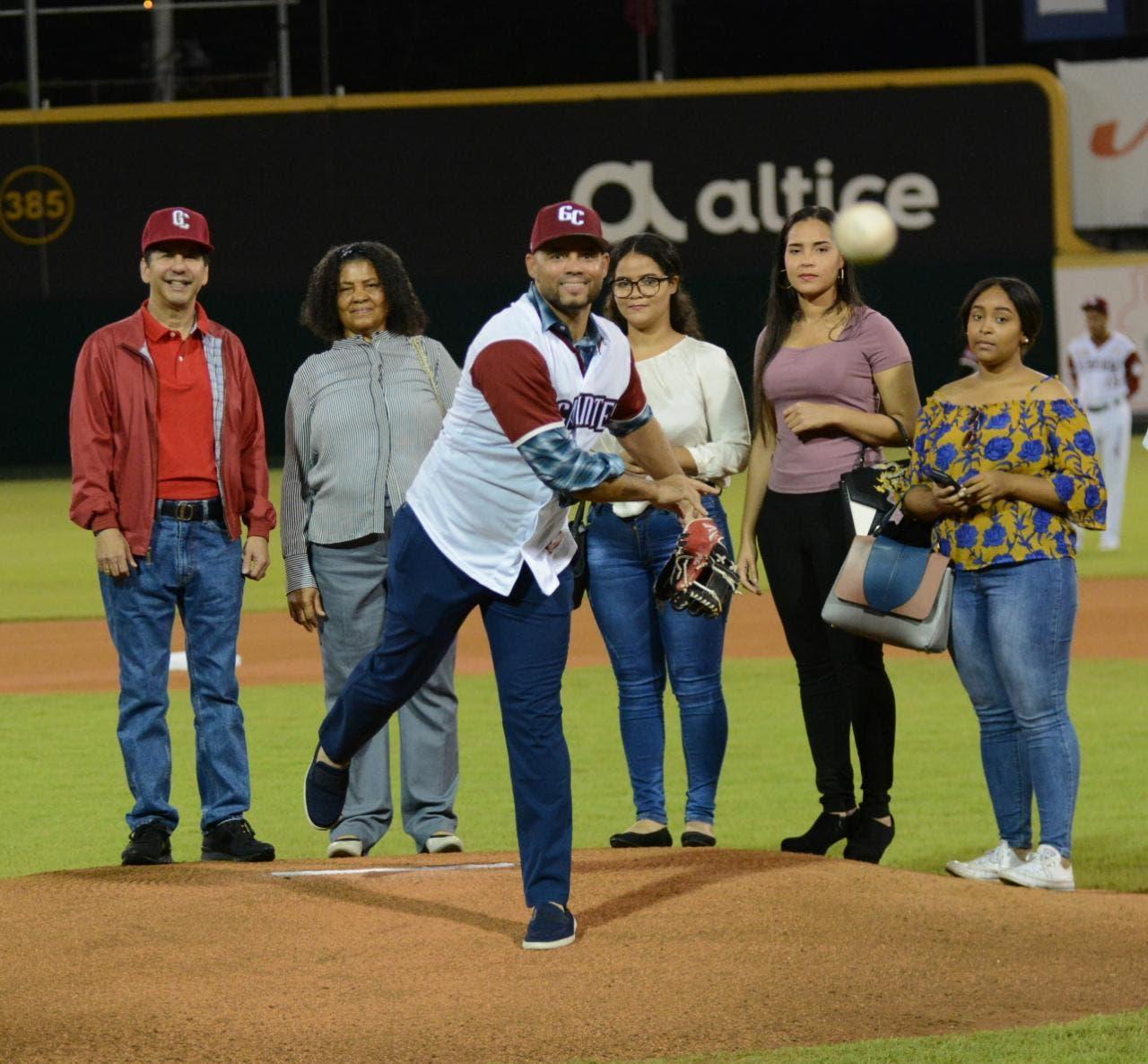 El ex jugador de los Gigantes del Cibao Pedro Feliz realiza el lanzamiento de la primera bola.