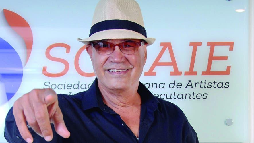 """Joan Minaya cuenta su historia de vida en el libro """"célebres músicos dominicanos"""".  Nicolás Monegro"""
