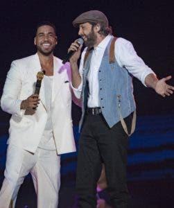 """Romeo Santos y Juan Luis Guerra cantan """"Carmín""""."""