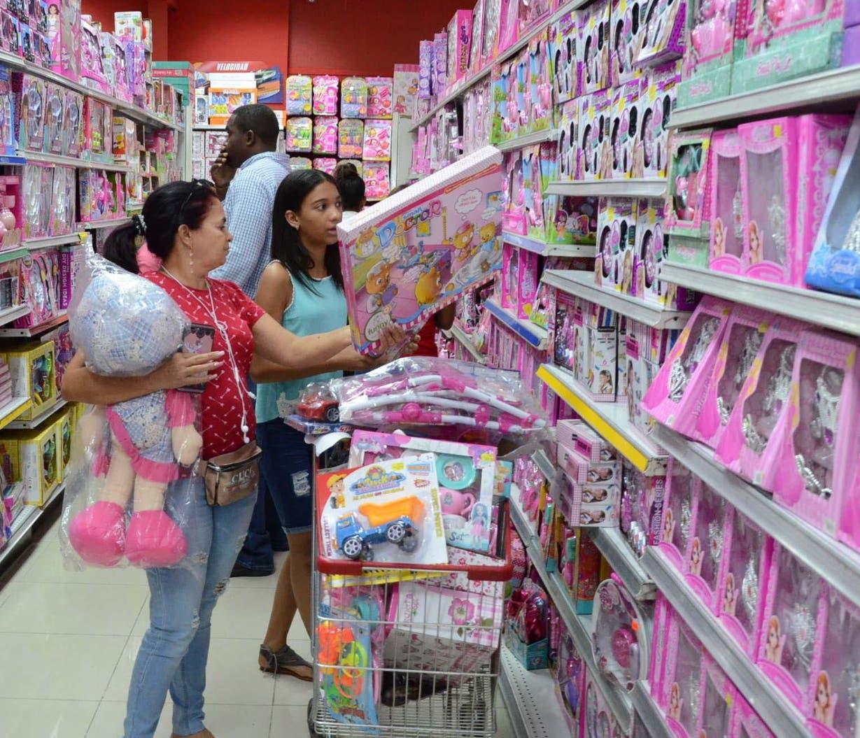 Padres e hijos van a las tiendas en busca del regalo para Día de Reyes .  José de león
