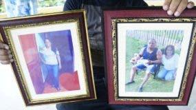 Un familiar de dos de las víctimas sostiene sus fotografías. Elieser Tapia