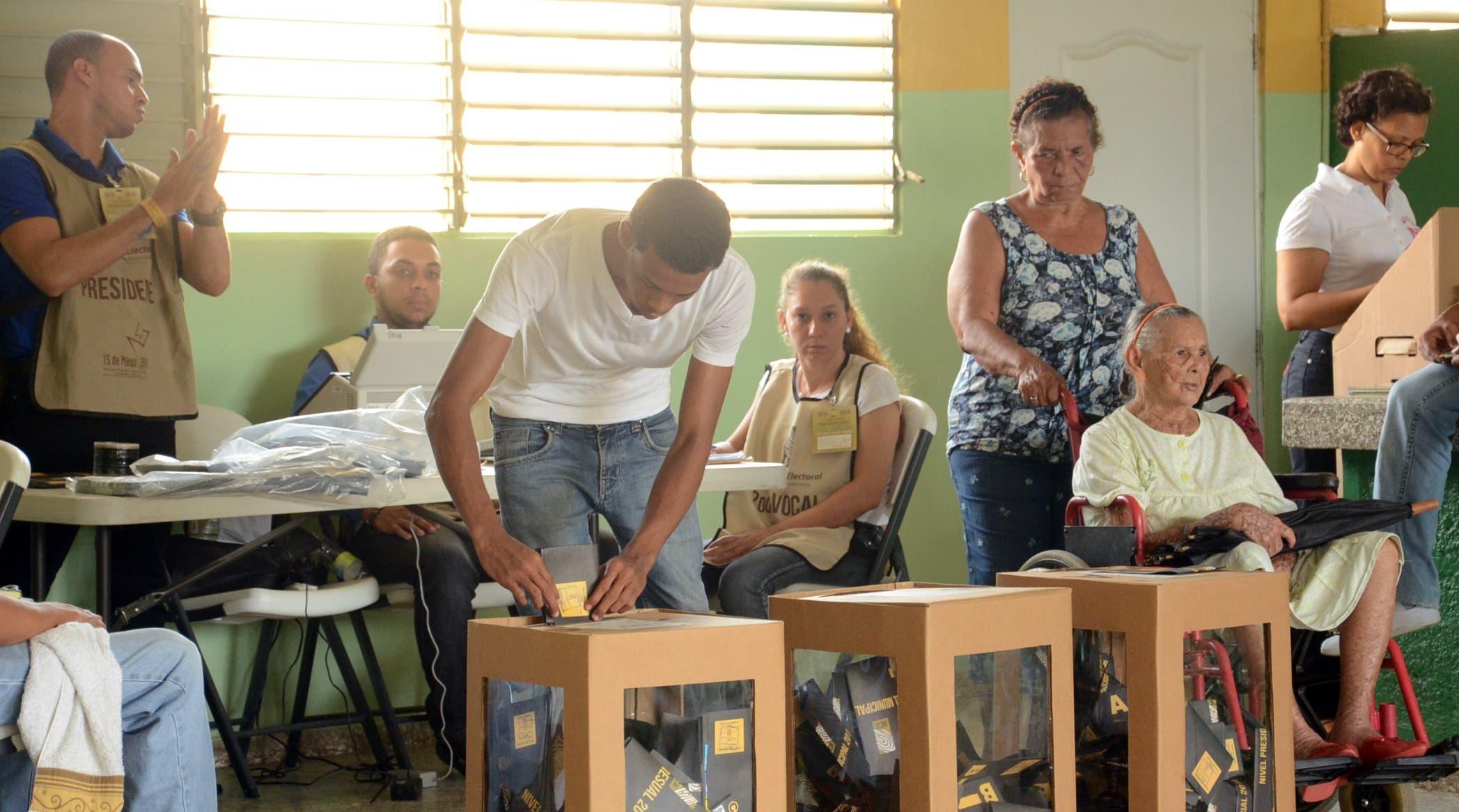 Con el montaje de las primiarias    la Junta Central Electoral y las organizaciones    estarán  estrenando la nueva Ley 33-18,    de Partidos Políticos.  Archivo