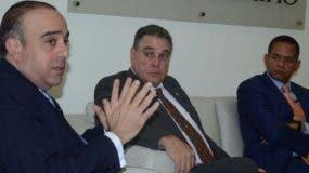 Arítides Victoria Yeb   da detalles de hasta dónde han llegado los trabajos de la comisión; observan los senadores José Hazim   y Julio César Valentín.   José de León