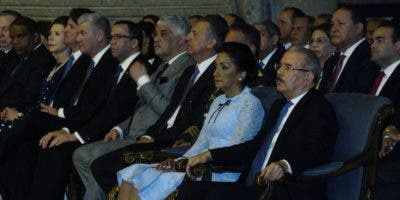 El presidente Danilo Medina  y  su esposa Candida Montilla,  junto a  funcionarios,   en  la basílica  . Eliaser Tapia.