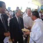 Danilo Medina  llega a las actividades con una batería de funcionarios palaciegos.