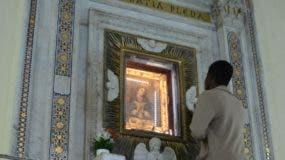Feligreses  en el   santuario  de  La Altagracia en la Zona Colonial.  Jose de León.