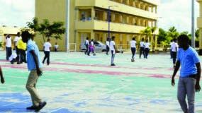 Las horas de esparcimiento del liceo Don Pedro Mir   son aprovechadas por los alumnos para realizar actividades recreativas y deportivas  .  JOSÉ  DE LEÓN