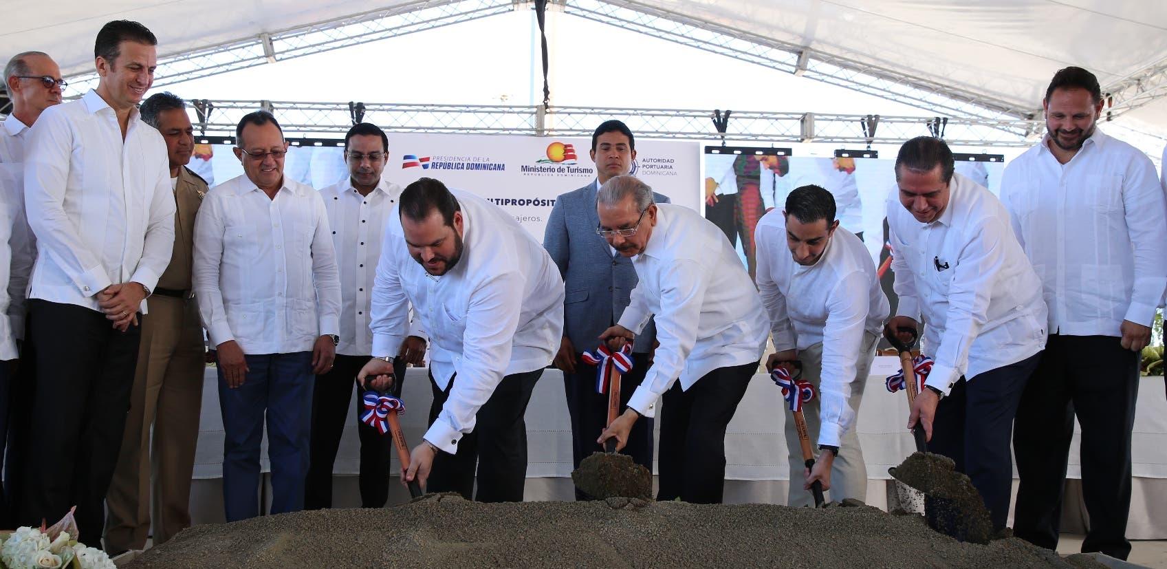 Medina junto al ministro de Turismo,  el director de Portuaria y empresarios privados dejaron iniciados los  trabajos. fuente externa